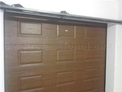zamknute dvere na garazi