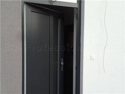 zabuchnute plastove dvere
